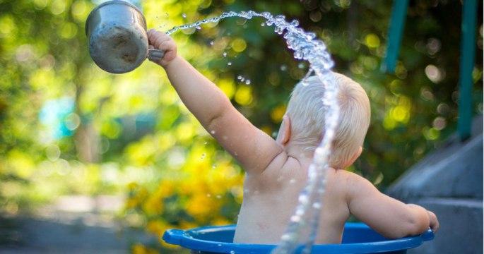 Bild von einem Kind in einer Badewanne